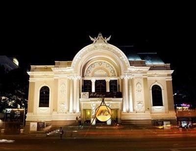 Façade de l'Opéra de Saigon de nuit, Vietnam