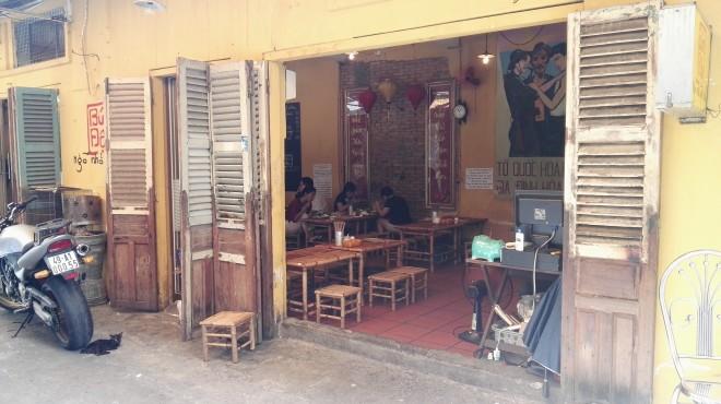 Rue devant le restaurant Secret Garden à Saigon, Vietnam