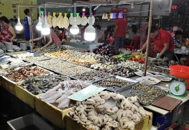 Food court à Vung Tau, poissons et fruits de mer grillés, Vietnam
