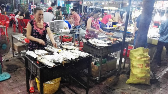 Food court à Vung Tau, poissons et fruits de mer grillés