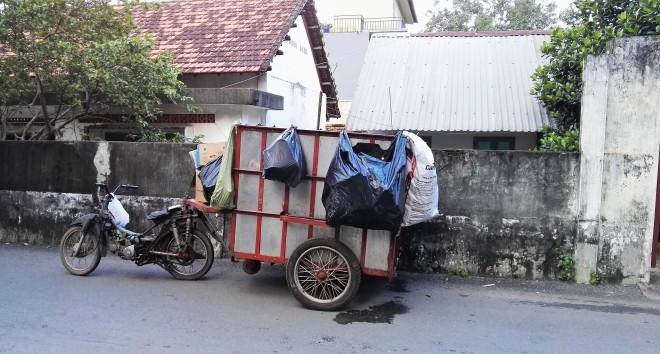 Camion de poubelles Ho Ci Minh Vietnam.jpg