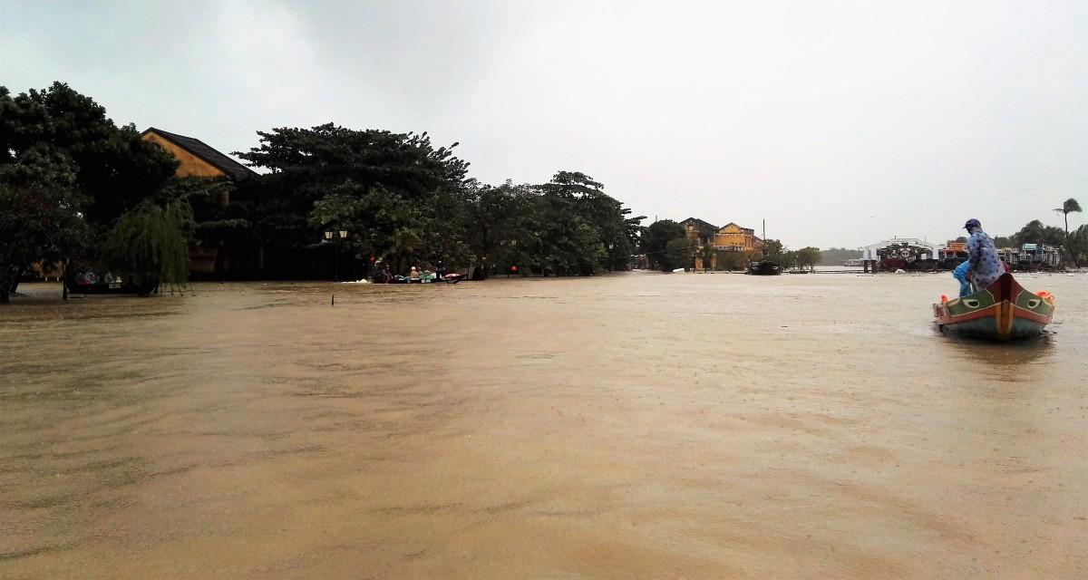 Hoi An, sous la pluie, et en barque