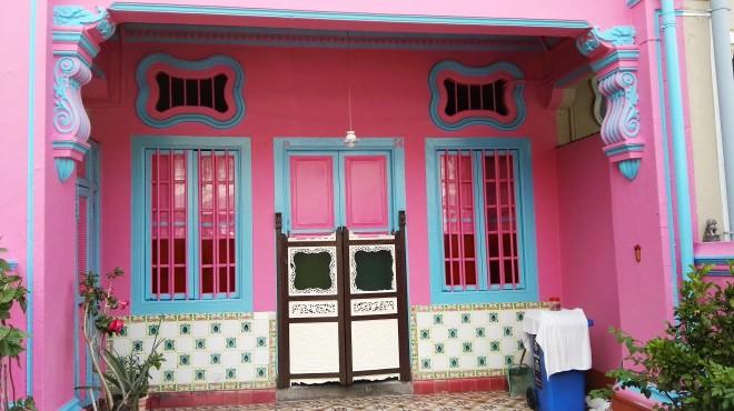 Façade rose d'une maison de Katong, Koon Seng Road, à Singapour