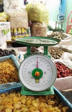 Les balances typique du marché de Binh Tay