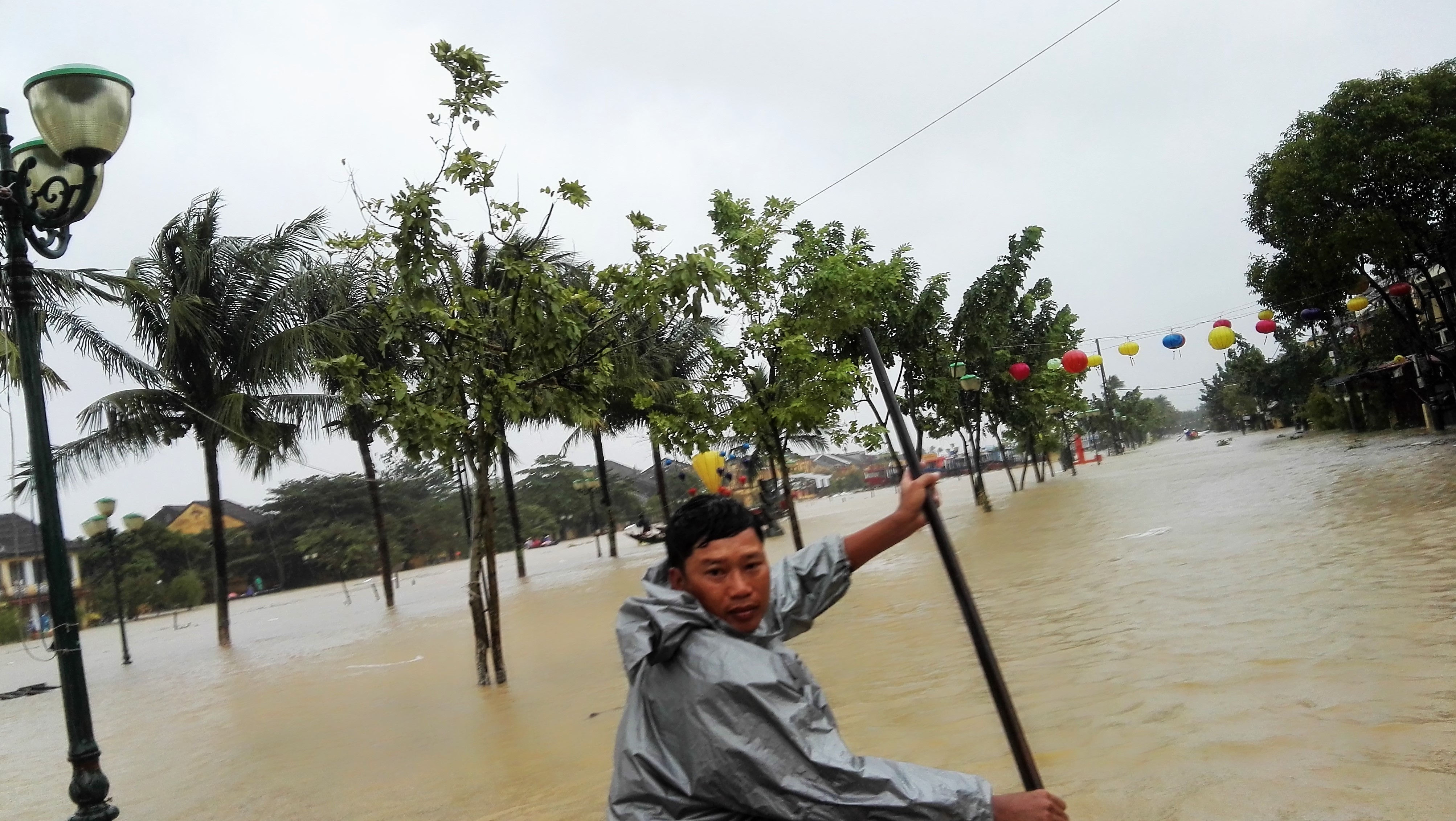 Evacuation Hoi An Sous la pluie Vietnam (22).jpg