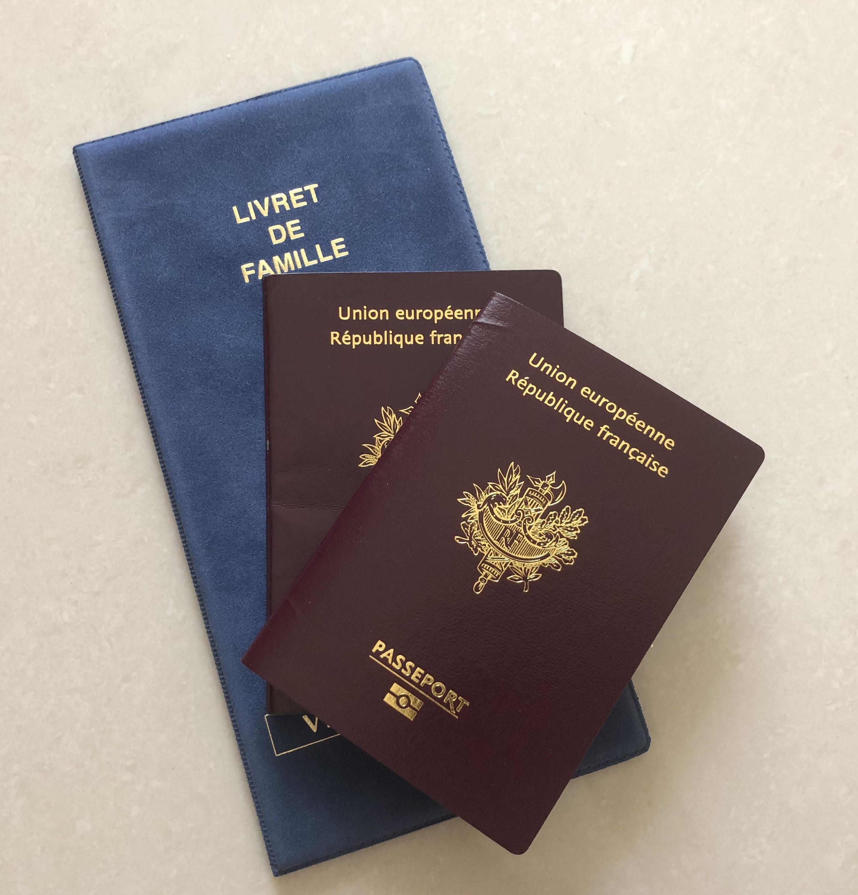 Passeport et livret de famille.jpg